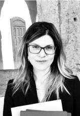 Melania Costantino è nata a Cosenza il 20 giugno 1981 e si trasferisce a Napoli per laurearsi nel 2006 presso l'Università 'Federico II' in Giurisprudenza. Autrice del libro 'Dal Giudice Istruttore al Giudice per le indagini preliminari', diviene Avvocato nel 2010, lo stesso anno in cui diventa Giornalista Pubblicista a seguito di un'intensa collaborazione con il periodico 'Oltrecultura'. Si specializza in Criminologia presso l'Università 'Suor Orsola Benincasa' e, oltre alla professione forense, svolge attività di docenza nelle materie penalistiche con particolare attenzione ai reati afferenti all'area dello 'Stalking' e della violenza sulle donne. Nel 2012 consegue la specializzazione in 'Professioni Legali' e nel 2014 acquisisce il titolo di specialista come 'Avvocato Penalista' a seguito del corso biennale di formazione indetto dall'Union Camere Penali Italiane e dall'Università 'La Sapienza di Roma'. Nel 2015 frequenta all'Università di Bologna il 'Corso di Alta Formazione in Diritto Penale Europeo' che la porta a compiere un'esperienza formativa a Strasburgo nella sede della Corte Europea dei Diritti dell'Uomo. Nel 2016 si perfezione presso la 'Federico II' in 'Scienze penalistiche Integrate' e nel 2018 partecipa al 'Corso di Alta Formazione in Diritti Umani' del COA di Napoli. Inizia un percorso di studio presso l'Università Pontificia Meridionale di Napoli che prosegue presso la 'Federico II' conclusosi nel febbraio del 2019 con il conseguimento di una seconda laurea magistrale in Filosofia. Studia inglese per cinque anni al 'British Council' e acquisisce il Diploma DELE in lingua Spagnola. Studia, inoltre, francese e tedesco. Dal 2016 veicola le sue enormi passioni per la lettura, il cinema e il teatro in un canale YouTube, per cui crea video di intrattenimento.