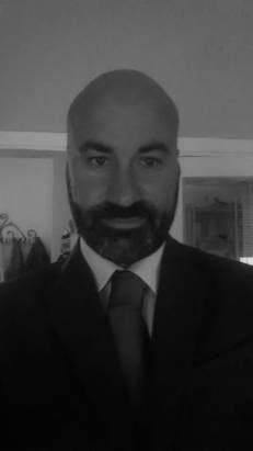 Federico Iossa, nasce a Napoli l'11.07.1973. Si laurea in Giurisprudenza all'Università Federico secondo di Napoli nell'ottobre del 1996, con una tesi in Diritto e Procedura Penale presso la Cattedra del Prof. Riccio. Dal 1996 al 1998 collabora con la Cattedra di Procedura Penale del Prof. Avv. Alfonso Furgiuele, presso l'Università di Campobasso, divenendo cultore della materia. Iscritto all'Albo degli avvocati dell'Ordine di Napoli nel 2000, attualmente esercita attività di patrocinio forense e consulenza stragiudiziale in diritto penale e procedura penale, con particolare riguardo alle tematiche inerenti i reati contro la P.A. Dal 2000 a tutt'oggi ha partecipato a numerosi corsi di formazione, conseguendo specializzazioni in Diritto penale minorile, Diritto penale di Impresa, Diritto penale di internet e nuove tecnologie, Diritto penale finanziario, Reati contro la P.A, Reati ambientali, Diritto sportivo. Attualmente collabora con alcune riviste giuridiche, nonché quotidiani on line, ed è Componente della Commissione Penale del Consiglio dell'Ordine degli Avvocati di Napoli.