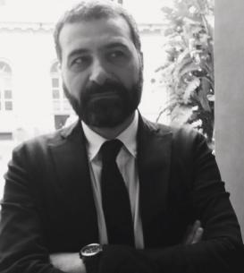 """Raffaele Cimmino è avvocato del Foro Napoli. Collabora con diverse riviste e giornali scrivendo di temi politici ed economici. È coautore del libro """"Sud, l'Italia che non c'è"""" (Marcovaldo Edizioni)."""